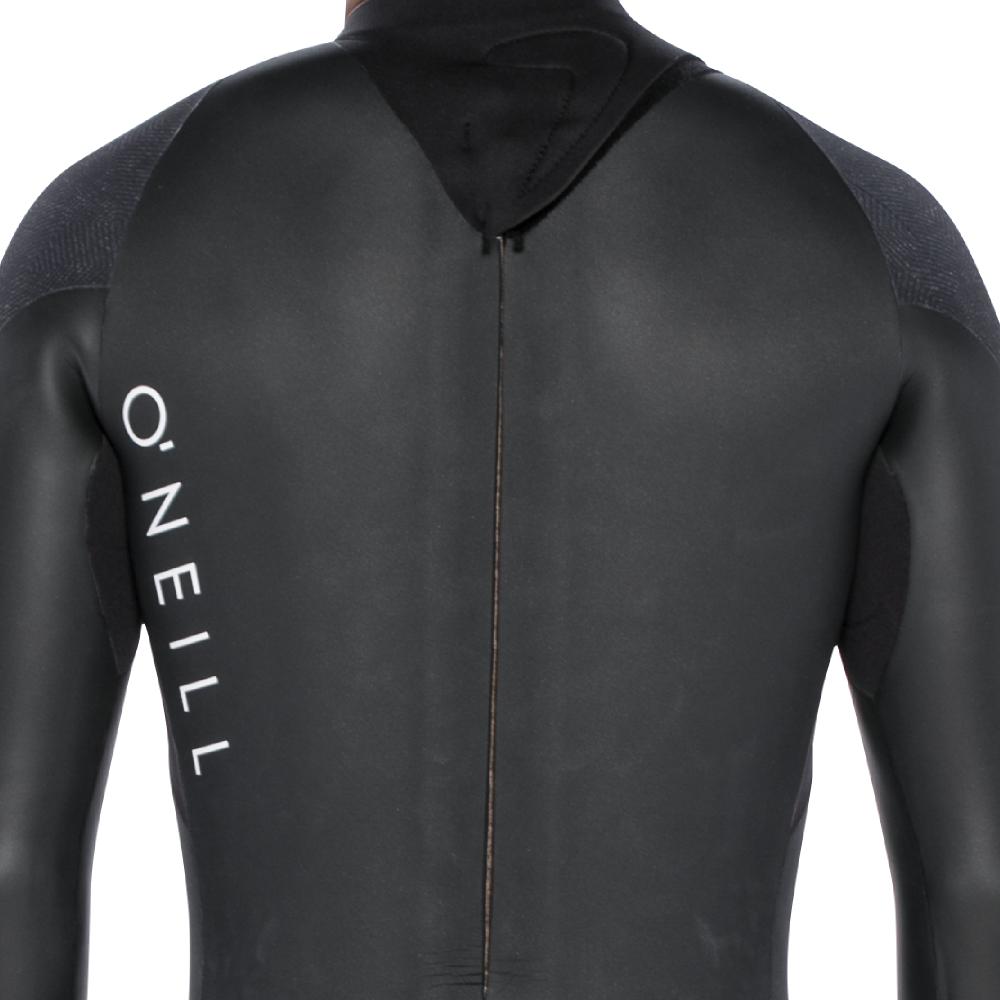 柔らかく耐久性に優れたブラックアウトジップで運動性と防水性を両立